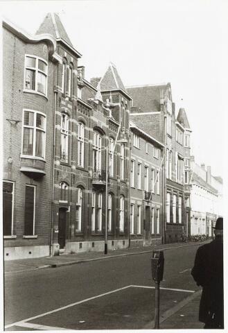 032876 - Bureau Huisvesting aan de Stationsstraat 45. Architect van het gebouw van C.F. van Hoof, die het in 1904 ontwierp als rijksbelastingkantoor.
