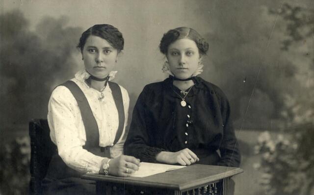602401 - Links Maria Anna Josephina Geurts, geboren te Tilburg op 3 mei 1898 als dochter van Adrianus Michael Geurts en Adriana Maria van Pelt. Zij huwde op 15 januari 1924 te Tilburg met Johannes Antonius Maria van Hazendonk. Maria overleed op  14 december 1984 te Tilburg.  De dame rechts is onbekend.