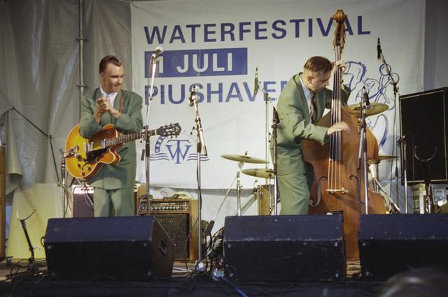 TLB023000871_002 - Waterfestival; band op podium bij de Piushaven.