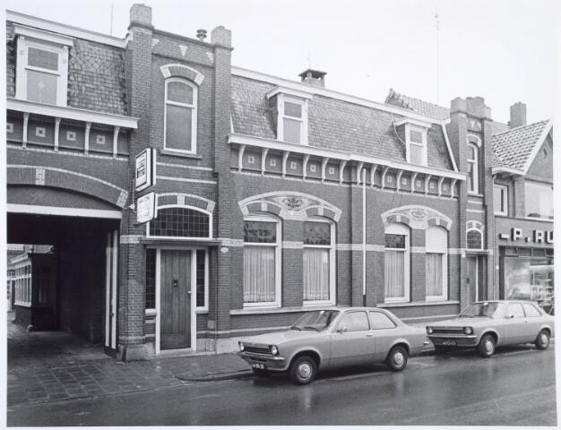 019555 - Twee karakteristieke panden in de Goirkestraat. Links de ingang van garage Hamilton en rechts een deel van de kapperszaak van P. Rutten
