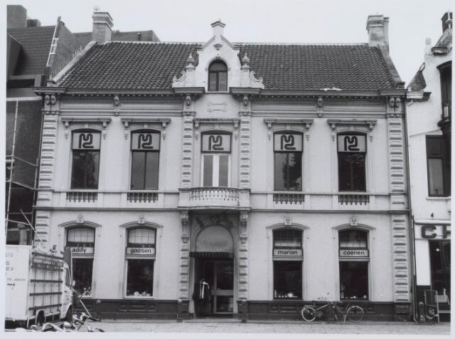 021185 - De kunsthandels van Addy Goosen (links) en Marian Coenen (rechts) in oktober 1980