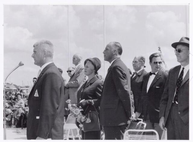 038828 - Volt. Sport en ontspanning. Op 23 juni 1963 werd het Volt sportcomplex de Ezelvense Akkers officieel geopend.Gymnastiekvereniging Volt was toen nog Gymnastiek en Atletiekvereniging Volt. Op het terrein was ook een complete atletiek accommodatie inclusief sintelbaan. Vandaar dat de Heer Vermeulen in zijn hoedanigheid als voorzitter van G.& A.V. Volt hier een toespraak hield. V.l.n.r. de HH Vermeulen, Dootjes, Dr.Bruyel bedrijfsarts, Mw.Meijer-v.d.Berg, Ir. Meijer directeur Volt, de wethouders Pontzen en Mannaerts en de heer Hagens voorzitter van de personeelsraad.