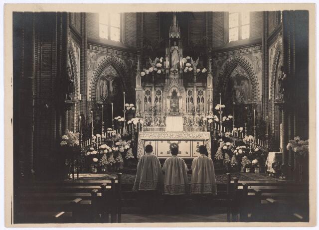 018619 - Altaar in de kapel van het moederhuis van e fratrs aan de Gasthuisstraat (nu Gasthuisring). Het is versierd ter gelegenheid van de Sacramentsdag in 1928