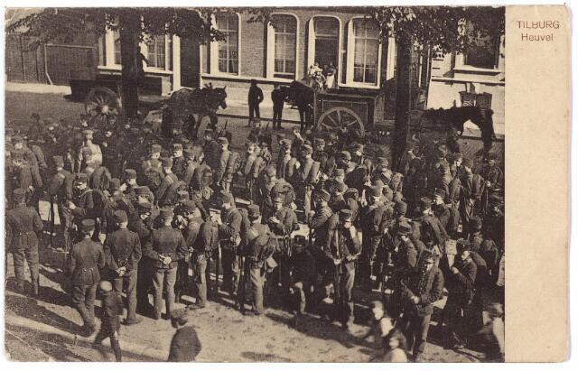 000750 - Mobilisatie. Soldaten aan de kerkzijde van de Heuvel.