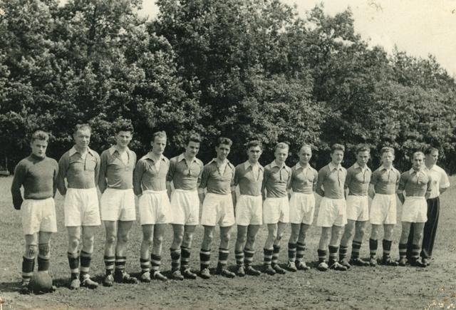 800129 - Sport. Voetbal. Voetbalvereniging R.K.S.V. Taxandria in Oisterwijk. Een elftal staat naast elkaar.