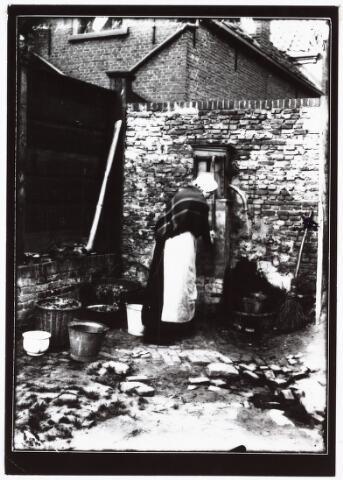 008506 - Vrouw aan de waterpomp op achtererf, gefotografeerd door Henri Berssenbrugge (1873-1959) in 1904.