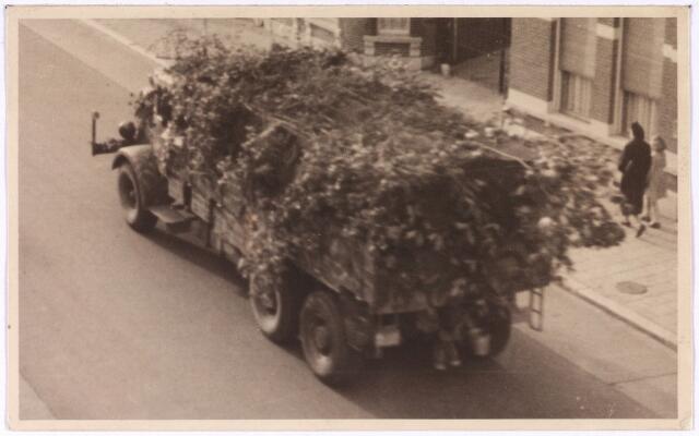013185 - WO2 ; WOII ; Tweede Wereldoorlog. Dolle Dinsdag. Terugtocht. Uittocht van Duitsers in een gecamoufleerde legertruck op Dolle Dinsdag, hier rijdend op de Bredaseweg. De terugtrekkende militairen werden geteisterd door beschietingen van de geallieerden