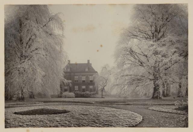 100837 - Kastelen. Slotje Brakestein. Achterkant met tuin in de winter. Bewoners familie Oldeneel tot Oldenzeel.
