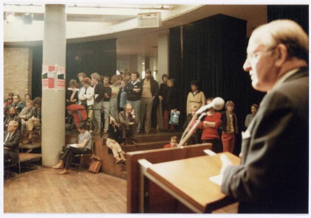 043396 - Op 27 oktober 1984 werden allerlei festiviteiten en herdenkingen gehouden b.g.v. 'Tilburg 40 jaar bevrijd'. Hier een bijeenkomst in de Studiozaal.