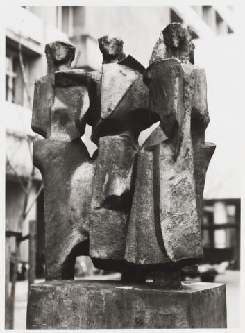 """067792 - MONUMENT VOOR DE AMAZONES (""""Stele della amazzoni""""). Bronzen beeld van de Italiaanse beeldhouwer Mario NEGRI (Tirano 1916 - Milaan 1987). In 1962 aangeboden door het Tilburgse gemeentebestuur aan de toenmalige Katholieke Economische Hogeschool, t.g.v. de opening van gebouw A (Cobbenhagen gebouw). Geplaatst in 1967. Heeft o.a. gestaan voor de ingang van gebouw B (Koopmansgebouw) en op het terras van de mensa.  Trefwoorden: kunst, openbare ruimte, onderwijs"""