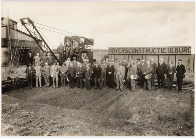 038208 - Metaalindustrie. Constructiebedrijf Hovers. Leden van de vereniging 'Klei-industrie' tijdens de jaarvergadering. De 'herinnering' werd aangeboden door Hovers. De eerste persoon op de bovenste rij is de heer Marinus Cornelis de Laat (1898-1980).