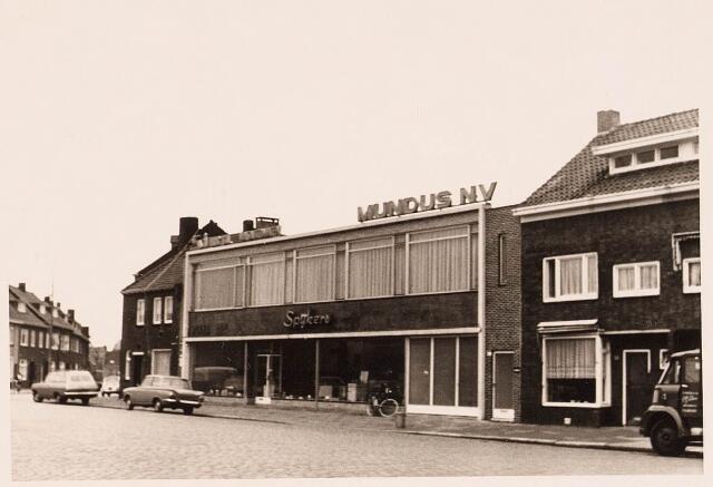 028516 - Winkels. Bedrijfspand van Spijkers Huishoudcentrale aan de Piushaven. Eigenaar was Piet Spijkers, die later mede-eigenaar werd van de Harense Smid.