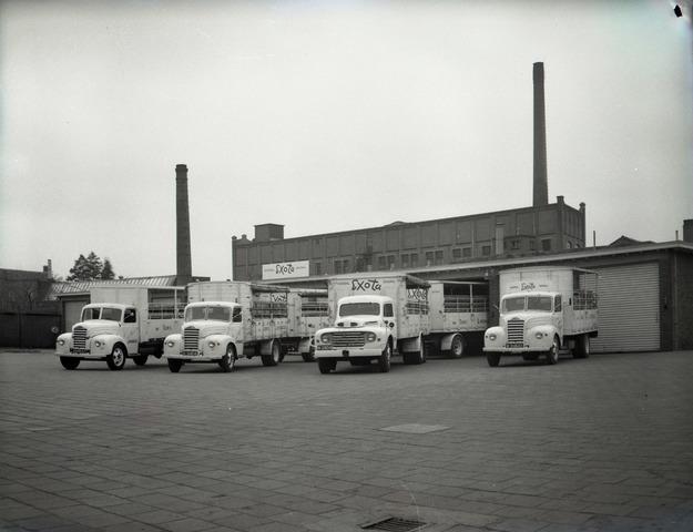 653730 - Bedrijven. Vrachtwagens voor de Exotafabriek in Dongen. De vrachtwagen 2e van rechts is een Ford model F.