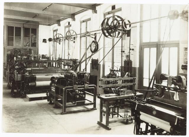 052134 - Onderwijs. Textielschool. Een afdeling van de Ambachts- en Industrieschool aan de Spoorlaan. Interieur Weverij.
