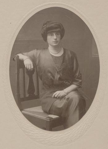045092 - Jeanne Constance Berthe Sophie Marie van Dooren, geboren te Tilburg op 30 september 1891 en aldaar ongehuwd overleden in pension Mariëngaerde op 17 juni 1977. Zij was een dochter van François Pierre Jules Marie van Dooren en Sophia Victorine Maria Koppel.
