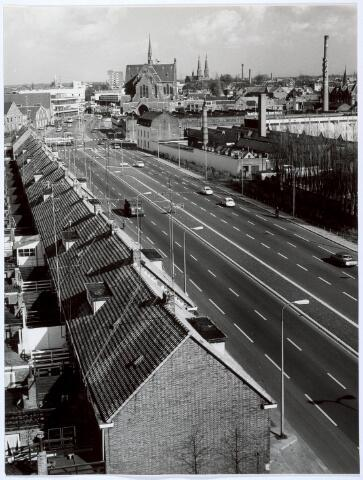 019977 - Hart van Brabantlaan gezien in de richting van de Spoorlaan. Op de achtergrond de kerken van de Sacramentsparochie  (links), Noordhoek (midden) en Heuvel (rechts) Rechts de Vormenfabriek