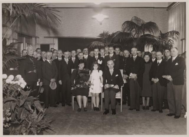 085252 - Dongen. Afscheid Burgemeester K.L.J. Wouters met het voltallige gemeente personeel in 1940. Sweens wordt burgemeester in Valkenswaard.(?)