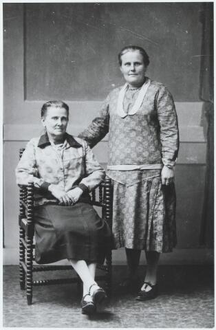 056215 - Zittend Johanna Helena (Jans) van de Pol-van Erven, geboren te Goirle op 29 december 1877 en aldaar overleden op 5 juni 1962, en staande Anna Maria Waltera Francisca (Anna) Verhoeven-van Erven, geboren te Goirle op 8 september 1887 en aldaar overleden op 29 december 1978.