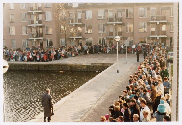 053245 - Intocht van St. Nicolaas op 17 november 1985. foto: aankomst bij Tamboerskade, opstelling majorettencorps en verwelkoming van Sinterklaas.