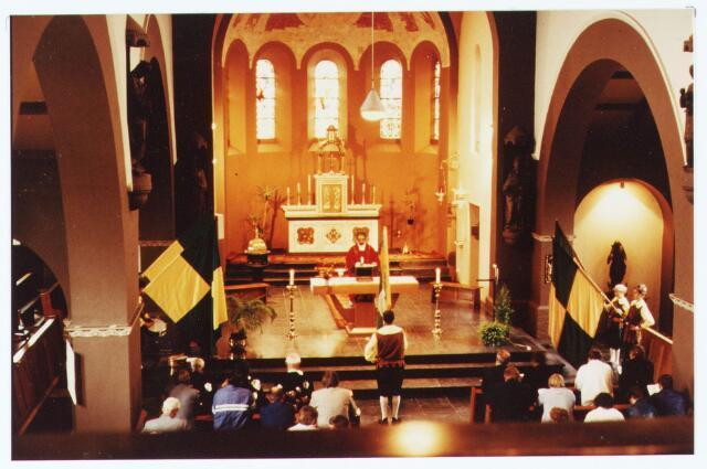 063544 - Met de Berkelse kermis In juni 1983 vond door de St. Hubertus Gilde het koningschieten plaats te beginnen met het vieren van een H. Mis. Vervolgens een optocht door de straten van Berkel, daarna schieten en tenslotte de koning presenteren