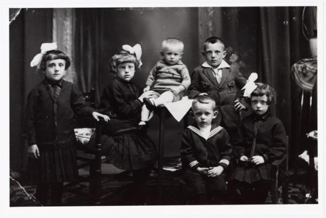 006945 - Kinderen Van Gompel-van de Wouw in 1931. Van links naar rechts Bets, Mien, Wim, Toon, op de voorgrond Louis en Toos van Gompel.