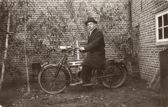 1738017 - Godefridus Cornelius (Frits) Robben, geboren te Tilburg op 8 december 1897, zoon van wollenstoffenwever Frans Robben en Gerdina (Dien) Domicus. Hij werd onderwijzer aan de r.k. lagere jongensschool St. Jozef aan de Hoefstraat en trouwde op 27 januari 1936 met Hendrika Verhoeven uit Driel. Frits overleed in 1971.
