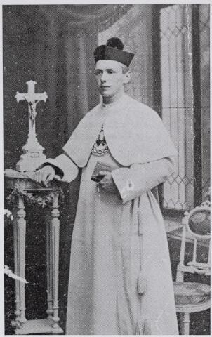 045884 - Petrus Josephus Maria van Besouw werd geboren te Goirle op 23 augustus 1891 als zoon van Jos van Besouw, bakker en handelaar in vlas, jute en katoengarens, en Johanna Smulders. Hij werd priester in de congregatie van de HH. Harten en kreeg de kloosternaam pater Philibertus. Hij overleed aan de Spaanse griep in Vierlingsbeek op 22 februari 1919.