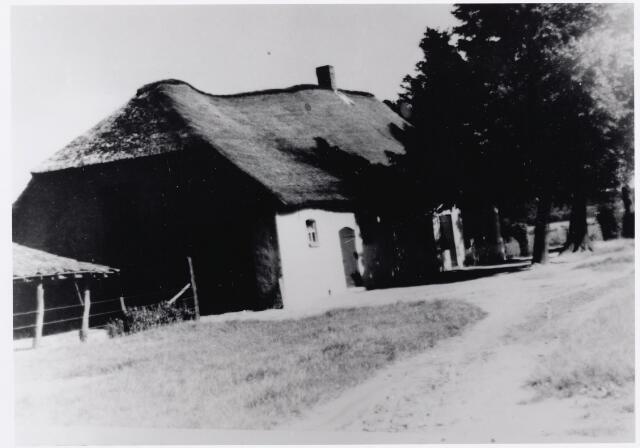 046311 - In het begin van de 20e eeuw werd deze boerderij nog Prinsenhoeve genoemd, naar de bewoonster Maria Prinsen, weduwe van Adriaan Schellekens. De boerderij wordt al genoemd in de 17e eeuw als eigendom van de familie Brouwers. In 1796 werd de hoeve eigendom van landbouwer/herbergier/armmeester Peter Damen, de schoonvader van burgemeester Van Gorp. Na het overlijden van Maria Prinsen in 1924 werd de boerderij eigendom van Christiaan .J.B. Vermeer, die in 1920 gehuwd was met C.M. van der Heijden.