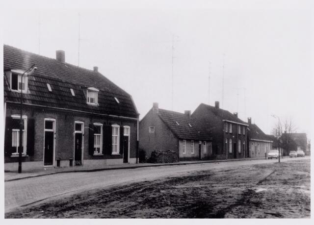 """046696 - De oude naam van deze straat was Rielschedijk, maar in de volksmond sprak men van """"de Vurhaai"""". De Rielsedijk lag in het verlengde van de Wethouder de Brouwerstraat, en later werd deze naam ook gegeven aan de Rielsedijk. Op deze foto zien we de panden Wethouder de Brouwerstraat 34 t/m 48. In het laatste pand woonde fotograaf Jan van Boxtel. De panden op deze foto werden gesloopt in 1971 om plaats te maken voor Berkenrode. Ook de straat kreeg een nieuwe naam: de Wittendijk."""
