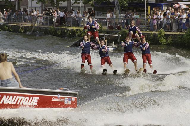 TLB023000886_002 - Waterfestival; acrobatiek op waterski's in de Piushaven.