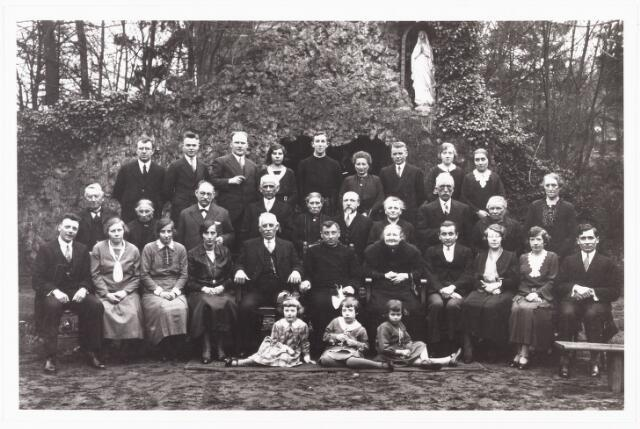 007923 - Foto gemaakt in de tuin van het klooster van de broeders vaan O.L.V. van Lourdes t.g.v. het 25-jarig jubileum van de professie van broeder Heribertus. Bovenste rij v.l.n.r. 1 Frans Smulders weduwnaar ? van M. van Hest 2 J.J. Fr N (Josef) smulders (1913-1944) zoon van Frans hij trad in bij de broeders van Dongen, bij opname van de foto was hij kennelijk nog geen broeder hij kwam om het leven in een Japans interneringskamp. 3 Piet van Berkel (1898-1981) 4 Miet van Berkel- Remmers (1899-1981) 4 Thee Clijsen is broeder Verecundus (1914-1964) 6 Philomena Clijsen (1881-1964) 7 Harrie Clijsen (1880-1965) 8 Josepha Smits is zuster Cordulia geb. 1915 woont in het klooster St. Stanislaus te Moergestel 9 Johanna Smits (1897-1983) was gehuwd met Marianus Balk. Tweede rij v.l.n.r. 10 Bert Sparidaans (1859-1945) 11 Lena Sparidaans- Smits (1861-1935) 12 Jan Smits broer van Alfons (1868-1940) 13 Piet van Woerkom (1870-1947) 14 Adriana van Woerkom- Smits (1870-1950) 15 Adrianus Cornelis Petrus Peeters (1873-1954) 16 Maria Peeters Smits (1873-1949) 17 Willem Staats (1870-1960) Hij stierf in het St. Jozefgesticht. 18 Anna Staats- Smits (1865-1940) 19 Trees Remmers- Klemans (1875-1950). Eerste rij v.l.n.r. 20 Harrie Versteden (1898-1964) 21 Joanna versteden- Smits (1897-1933. 22 Anna Smits (1895-1988) 23 haar zus Cornelia Smits (1891-1985) 24 Alphons Smits (1862-1932) 25 broeder Heribertus is Frans Smits (1889-1969) 26 Maria Smits van Hest (1861-1942) 27 Jan Smits (1893-1960) 28 Josephina Smits- van Stappenhoef (1902-1970) 29 Maria Smits- Simons (1899-1936) 30 Piet Smits (1898-1974) Op de voorgrond v.l.n.r. Johanna versteden, dochter van Harrie en Joanna Versteden gehuwd met J. van Aelst wonende te Breda geb. 1927, 32 Maria Smits dochter van Piet en Maria smits. Zij is lid van de orde van de Franciscanessen onder de naam zuster Lucia geb. 1925, 33 (vermoedelijk) Maria Smits dochter van Frans Smulders en M. Van Hest.