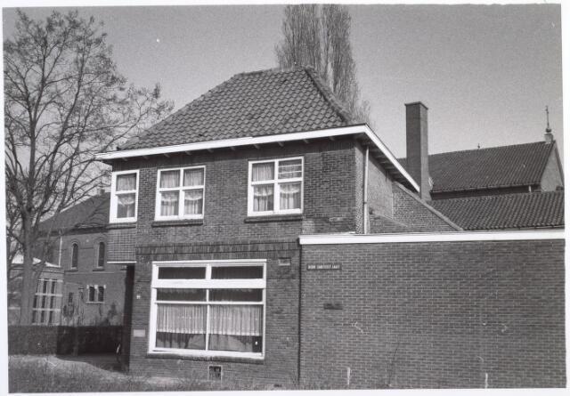 017636 - Hoekpand aan de Don Sartostraat begin 1979. In de jaren '80 en '90 van de vorige eeuw was hier een manufacturenwinkeltje van Ria en Wil Rutten - Van Breda. Tegenwoordig is het weer een woonhuis. Op de achtergrond de inmiddels afgebroken Pius X-kerk