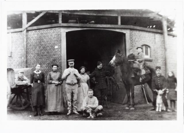 007990 - Molen De Hoop, gebouwd in 1856 door Walterus Teurlings. De foto is gemaakt tijdens de eerste Wereldoorlog molenaar was toen A.A. Teurlings. De molen stond aan de voormalige Lijnsestraat nr. 4 (nu Mozartlaan)