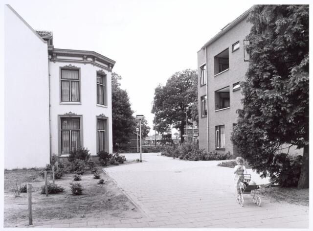 017020 - Achterzijde van het Calandhof bezien in de richting van het Korvelplein.