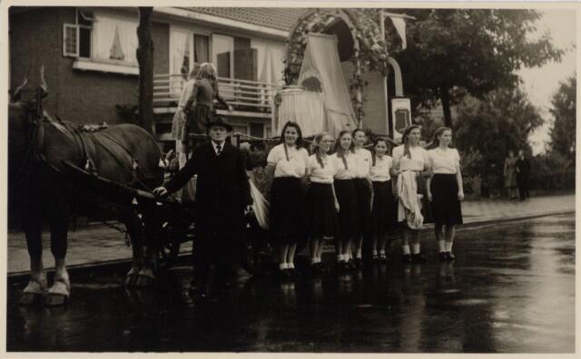 049037 - Festiviteiten te Tilburg b.g.v. het 50-jarig regeringsjubilé van Koningin Wilhelmina op 6 september 1948. Aankomst van koning Willem II bij de 'Vier Winden' aan de Bredaseweg ter hoogte van het oud Belgisch lijntje.  Verslag over deze festiviteiten met optocht staat in het Nieuwsblad van dinsdag 7 september 1948. praalwagen met een wieg bij huize Mariëngaarden.