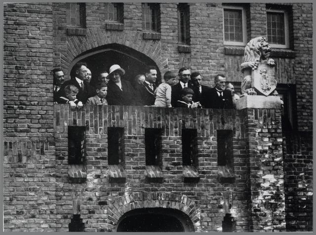 88787 - 12½-jarig jubileum Burgemeester W.A.J. van der Meulen met echtgenote, kinderen en enkele notabelen op balkon van het raadhuis.