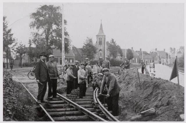 041474 - Openbaar vervoer. Hollandse Buurtspoorwegen. Werkzaamheden aan de tramlijn Tilburg - Waalwijk nabij de Hasseltse kapel. (1932)