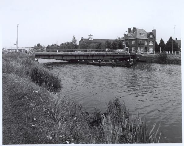 020626 - Brug over het Wilhelminakanaal tussen Prinsenhoeve (links) en de Hoevenseweg in de zomer van 1981