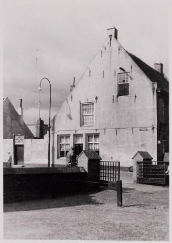 084384 - Zijgevel van het pand Vrijthof 1, tot 1960 bewoond door de dames Kemps. Links is begonnen met de sloop van de achterbouw van dit pand, dat in 1960 gekocht werd door de Boerenleenbank.