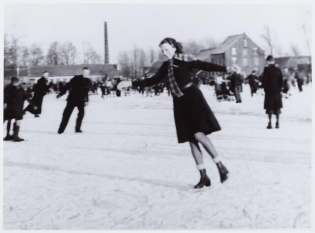 053865 - Sport. Schaatsen. Schaatsen op de ijsbaan op Koningshoeven door Annette van Berkel