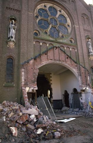 656561 - Sloop van de Lovense kerk (Willibrordus  kerk) in 1999-2000. De voorkant van de kerk wordt gesloopt.
