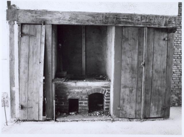 020453 - Restauratie van de wevershuisjes op de hoek Hasseltstraat - Van Hogendorpstraat in 1986. Hier de kachel in de woonkamer