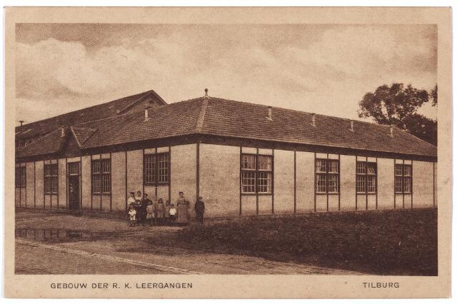 001703 - Noordhoekring v. h. Lange Schijfstraat. Het noodgebouw van de R. K. Leergangen. Tot de bouw werd opgedracht gegeven door het bestuur van de leergangen in 1918. Het werd ontworpen door architect Bonsel, maar heeft niet lang dienst gedaan.