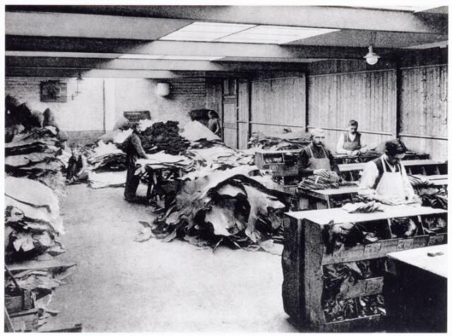 038426 - Nijverheid. Schoen- en leerindustrie. Interieur van N.V. J. van Arendonk's schoen- en lederfabrieken afdeling A magazijn zoolleder
