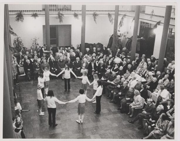 081990 - Rijen, Kerstviering bejaarden in de hal van het gemeentehuis