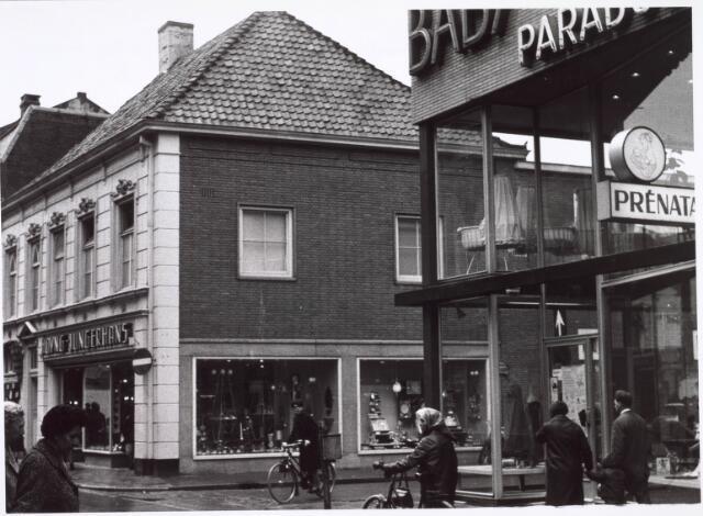 021738 - Hoyng - Jungerhans in huishoudelijke artikelen en het Babyparadijs, beiden op de hoek van de Heuvelstraat en de Telefoonstraat