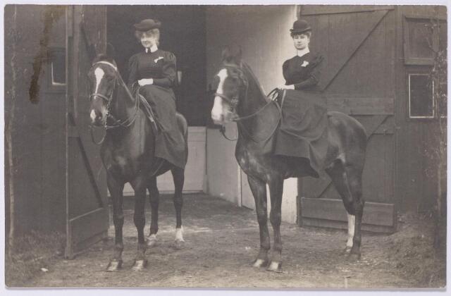 044590 - Paardensport. Links Josephina Eleonora Arnolda Maria Houben, geboren te Tilburg op 12 maart 1887. Zij trouwde later met burgemeester mr. Jan van de Mortel.