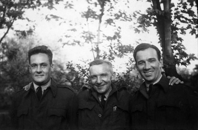 1709_0041 - Harry Franken (midden) als tolk bij de RAF 1944-45. Familie Franken-Donders