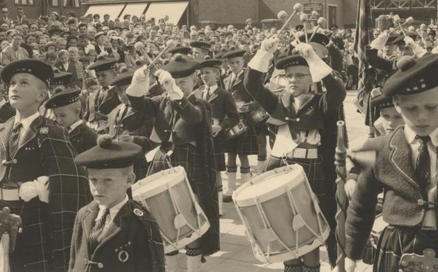 653314 - Parochie Gasthuisring. Bisschop Mgr. W. Mutsaerts wordt gehuldigd door de drumband De Schotjes