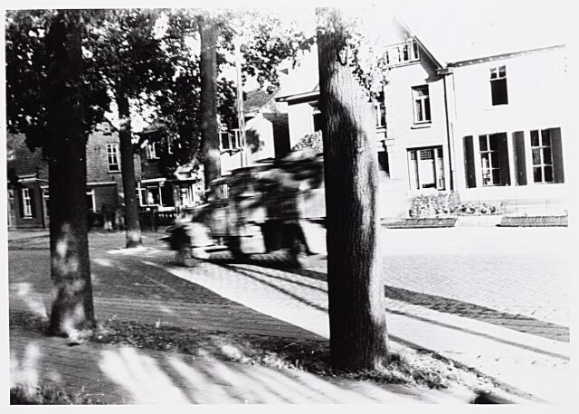 013206 - WO2 ; WOII ; Tweede Wereldoorlog. Terugtocht.  Een Duitse legerauto passeert in vliegende vaart de Bosscheweg op Dolle Dinsdag